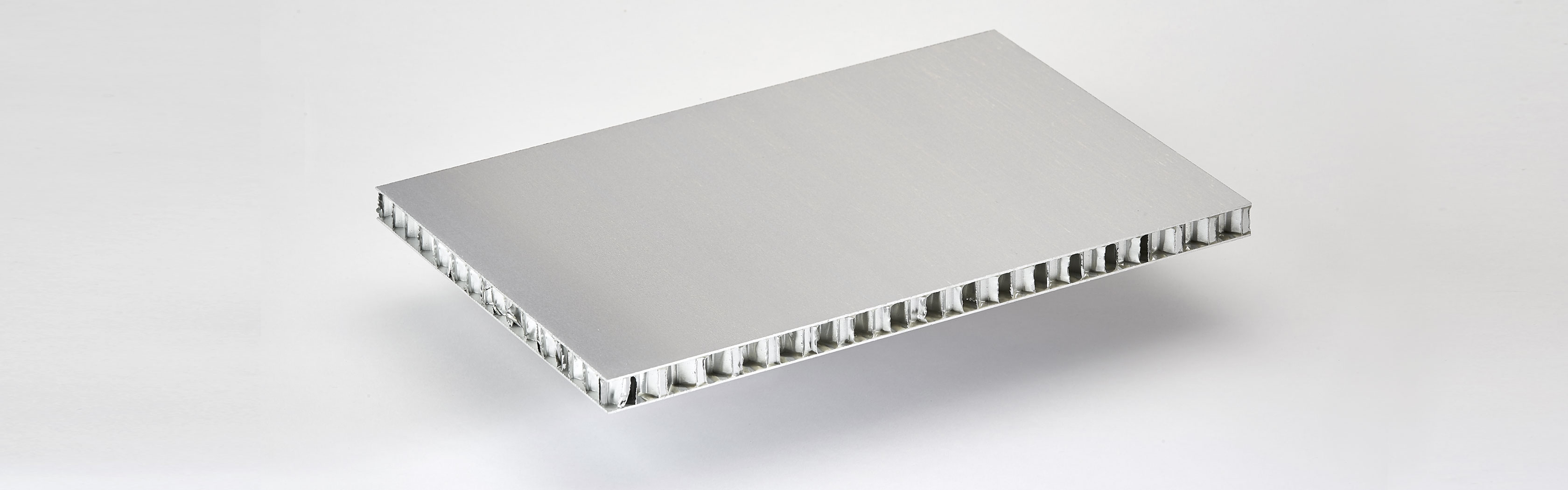 COMPOCEL® AL (FR)​ is a sandwich panel bonded with aluminium face material and with a core in aluminium honeycomb. It offers high mechanical properties and good