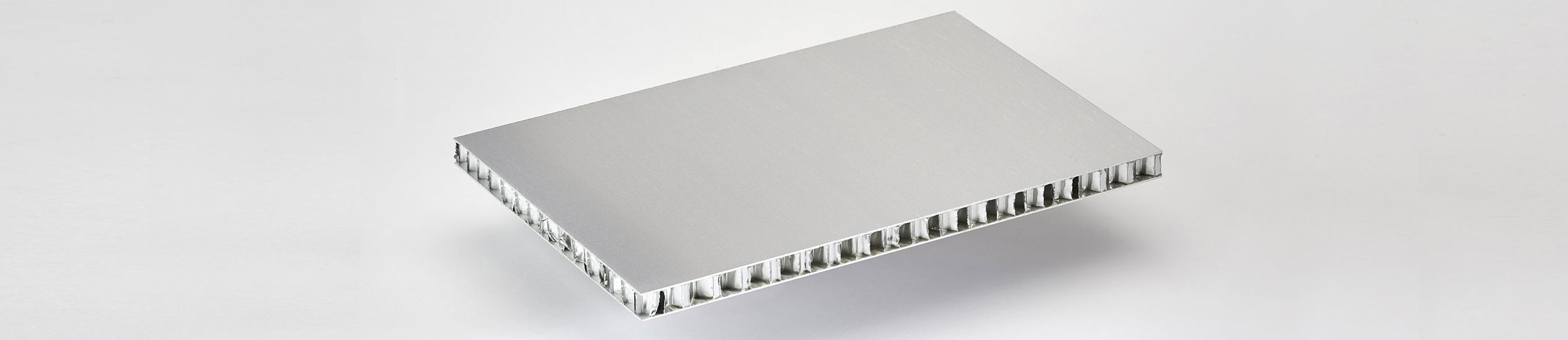 COMPOCEL® AL (FR)​ is a sandwich panel bonded with aluminium face material and with a core in aluminium honeycomb.